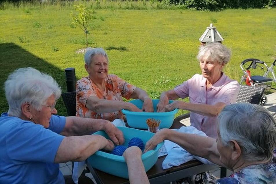 Im Azurit Seniorenzentrum in Kamenz kehrt wieder ein Stück Normalität zurück. Alle Bewohner sind geimpft. So sind gemeinsame Unternehmungen wieder möglich - wie hier ein kleiner Wellnessvormittag.
