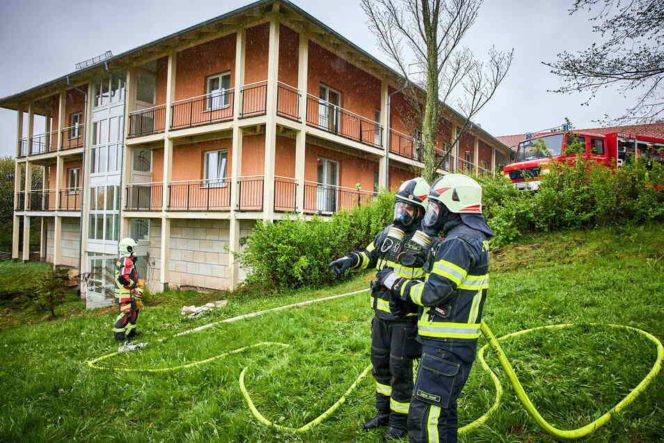 Die ausgetretene Menge Ozonit super wurde von Kameraden der Feuerwehr in Schutzanzügen unter Atemschutz mit Wasser neutralisiert und entsorgt.