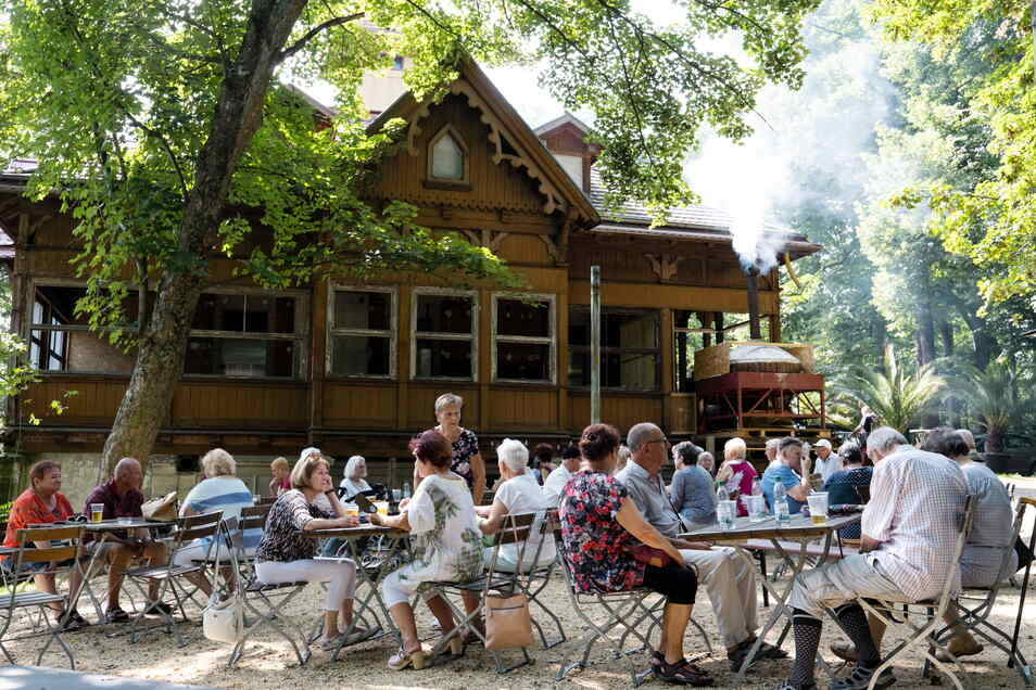 Zur Neueröffnung am vorigen Freitag war der Biergarten am Weinberghaus gut besucht.