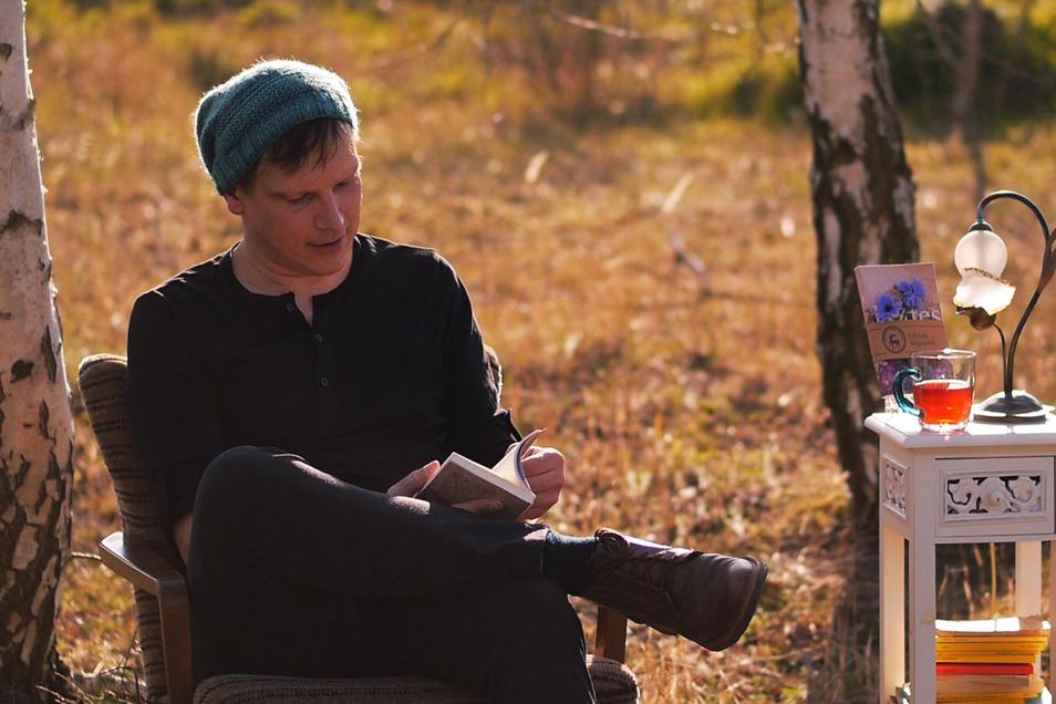 Marco M. Weber bei seiner Wald- und Wiesenlesung.