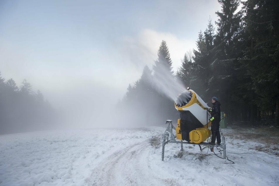 Seit Kurzem wird Kunstschnee mit einer Schneekanone auf einer Piste im Skigebiet Bukova Hora versprüht. Auch wenn noch unklar ist, wann die Skigebiete öffnen können, laufen die Vorbereitungen.