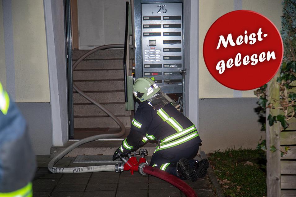 Eine Kameradin der freiwilligen Feuerwehr sorgte mit einem Gebläse dafür, dass das Treppenhaus und die Wohnung, in der es brannte, nach dem Löschen durchlüftet wurden. So konnte der Rauch rasch abziehen.