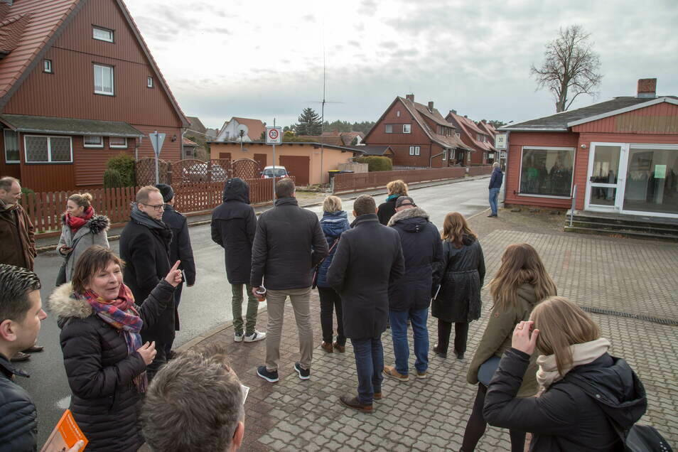 Nieskys Tourist-Info-Chefin Eva-Maria Bergmann führt immer wieder interessierte Besucher durch die Holzhaussiedlung. Jetzt hat die Stadt einen besonderen Eintrag auf wikivoyage.org bekommen.