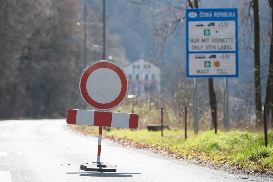 Ein Vollsperrscheibe steht auf der Straße auch an der tschechischen Grenze zwischen Schmilka und Hrensko.