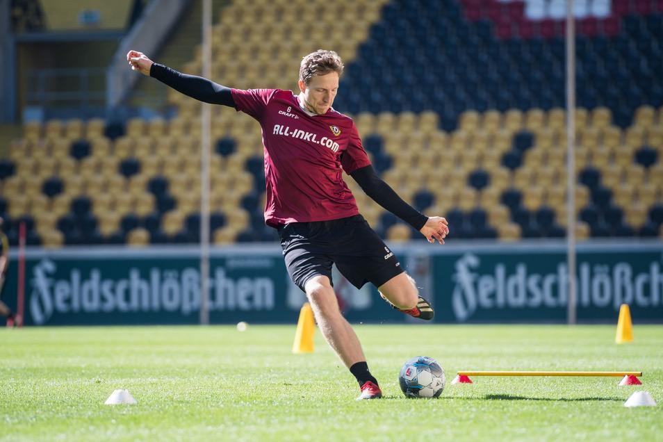 Hier trainiert Marco Hartmann bei Dynamo noch auf Abstand, doch vor den zwei positiven Corona-Tests übte die Mannschaft Standardsituationen. Dabei hatten die Spieler engen Körperkontakt.