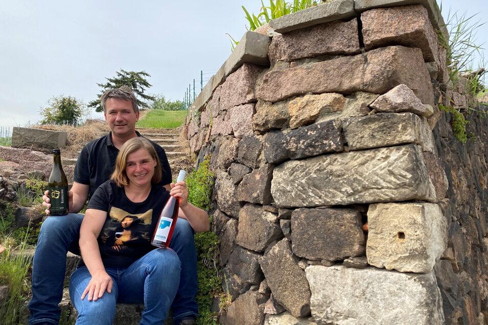Mit ihren Lieblingsweinen von 2020 in der Hand treffen sich die Meißner Winzer Anja Fritz und Ricco Hänsch. Des Öfteren tauschen sie sich untereinander aus und besuchen wechselseitig ihre Hoffeste.