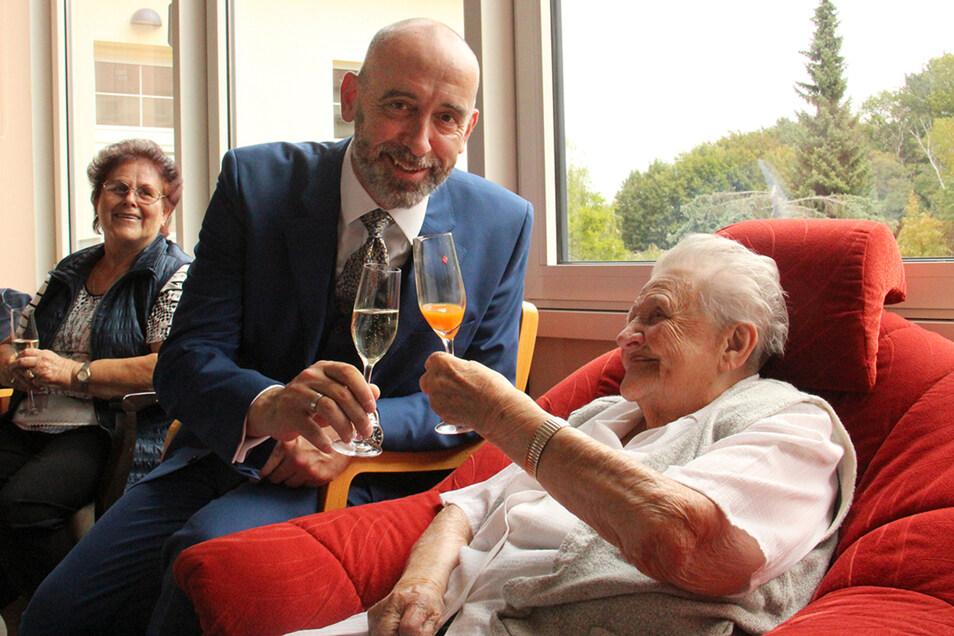 Anna Cernohorsky  stieß bei ihrer Geburtstagsfeier mit einem Glas Multivitaminsaft an - unter anderem auch mit Bautzens OB Alexander Ahrens.