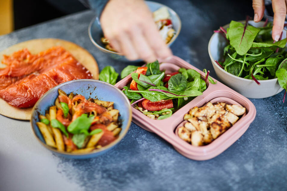 Ein ganzes Menü in einer Box: Beim Meal Prep kommt es auch auf die Lagerung an. Nach Plastik sollte das Essen zwei Tage später möglichst nicht schmecken.