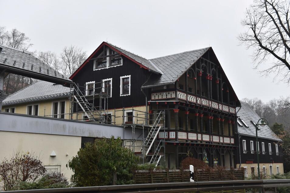 So sah das Winfriedhaus vor dem grundlegenden Umbau aus. Das Gerüst war eine provisorische Brandschutztreppe, ohne die es gar nicht mehr hätte betrieben werden dürfen.