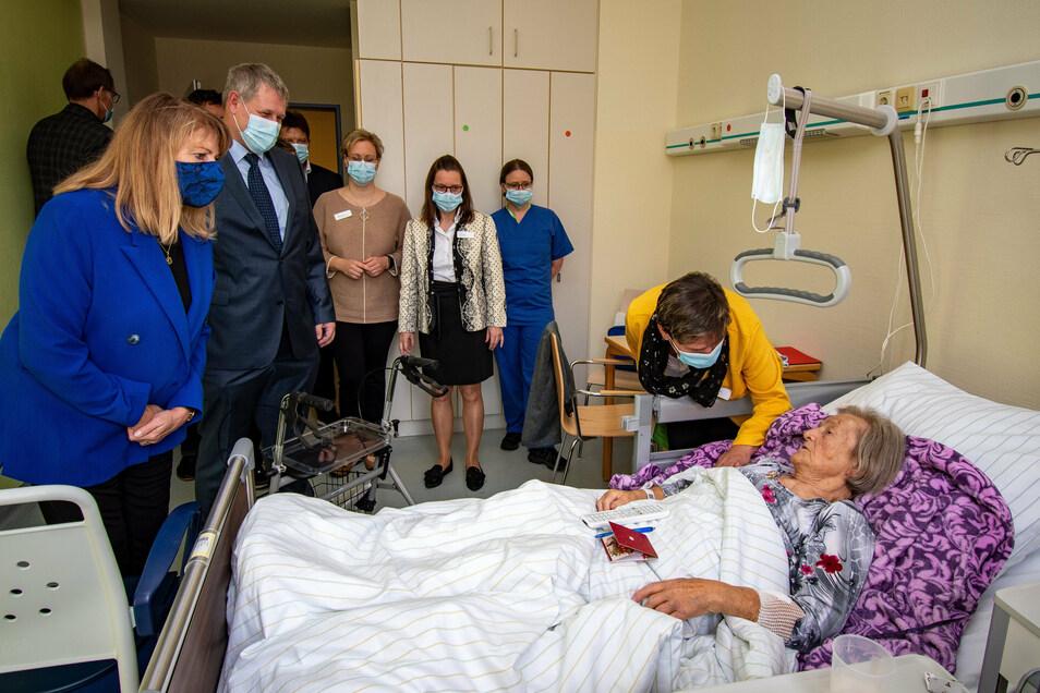 Mit den ersten Patienten der Akut-Geriatrie des Leisniger Helios-Krankenhauses hat Sachsens Sozialministerin Petra Köpping (links) zur Einweihung am Mittwoch gesprochen.