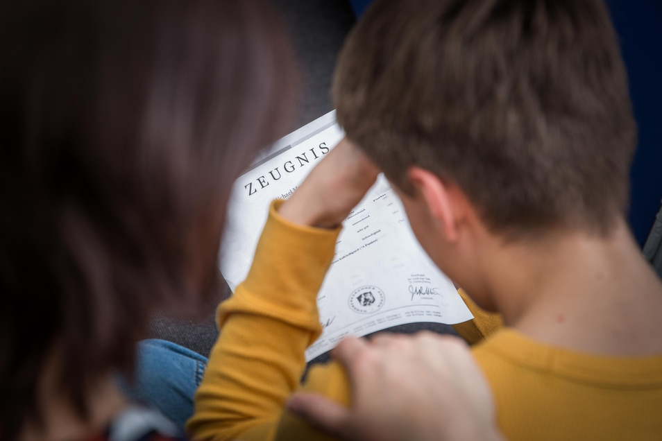 Die Halbjahresinformation gibt es in diesem Jahr in Sachsen zeitversetzt: Während manche Schüler sie schon haben, bekommen andere sie erst im März.