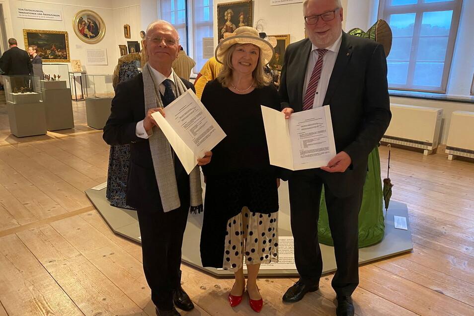 August Ohm (links), die Geschäftsführerin der Mittelsächsischen Kultur gGmbH Kathrin Hillig und Landrat Matthias Damm präsentieren den Vertrag in der neu eröffneten Sonderausstellung.