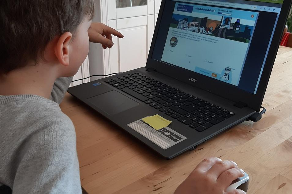 Gustav aus der 1. Klasse beim Heimunterricht am Laptop. So kann die Grundschule auch mehr Spaß machen.