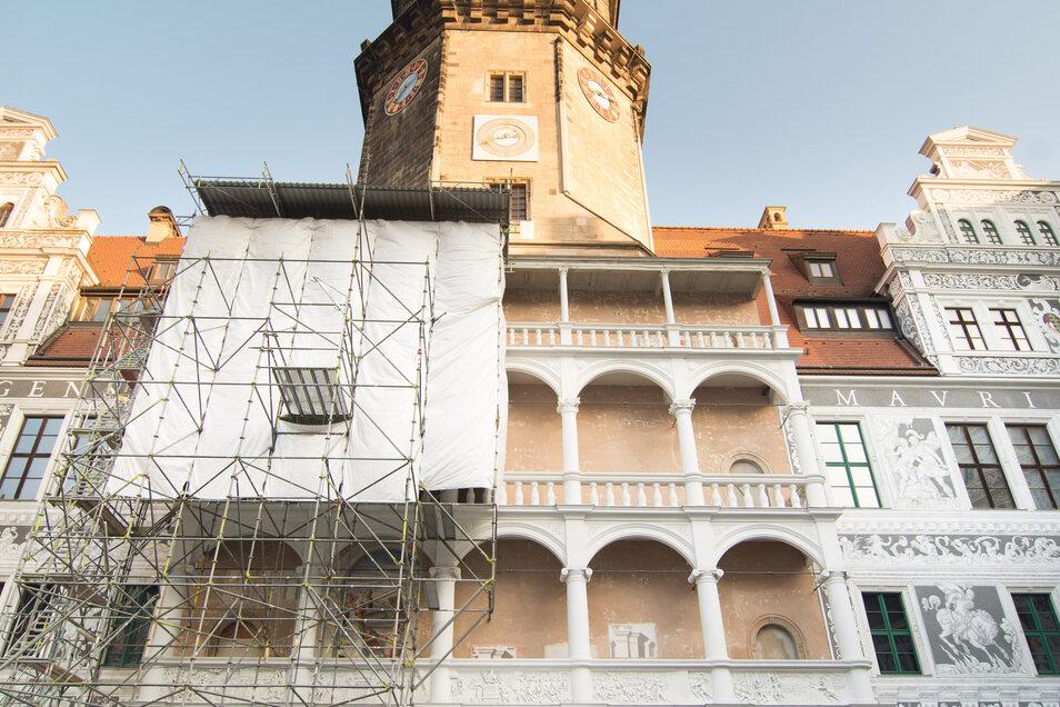 An dieser Loggia im Schlosshof gestalten Restauratoren die Wände mit Neuinszenierungen einstiger Renaissance-Fresken.
