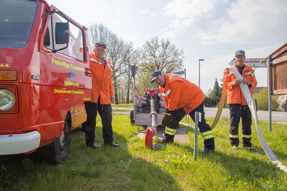 Christian Lachmann, Frank Weikelt und Klaus Weber (von links) sind die letzten drei aktiven Kameraden der Freiwilligen Feuerwehr Bremenhain. Wegen Personalmangel wird sie demnächst aufgelöst.