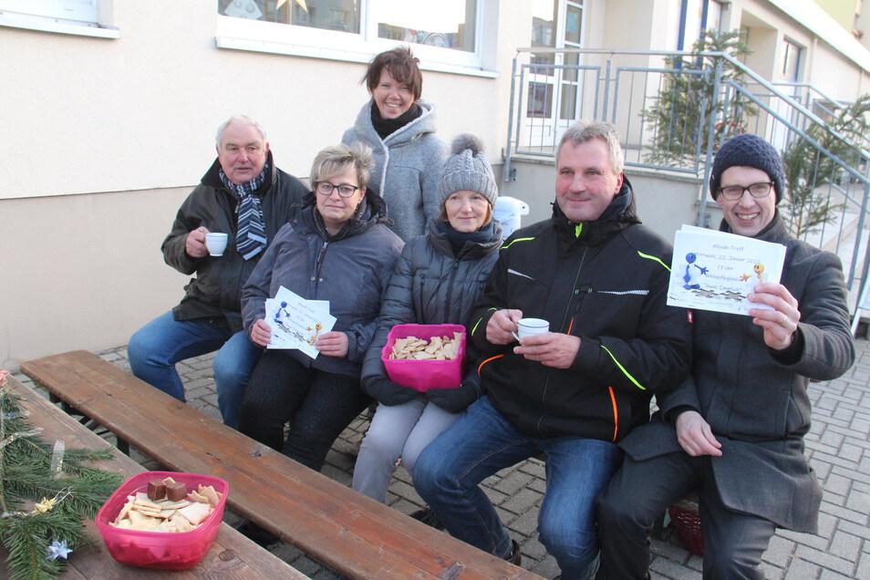 """Die Initiativgruppe """"Allendetreff"""" um Andrea Kubank (2.v.l.) hatte am Nikolaustag zu Glühwein und Keksen am Einkaufszentrum eingeladen."""