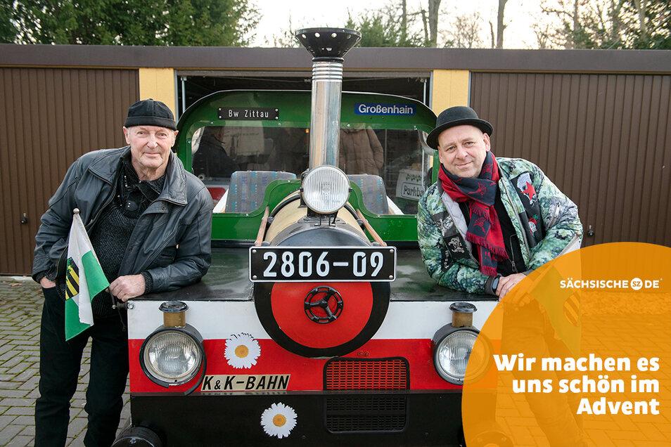Thomas Krause (r.) übernimmt die Straßenbahn von Manfred Krause. Beide sind Freunde, aber nicht verwandt.