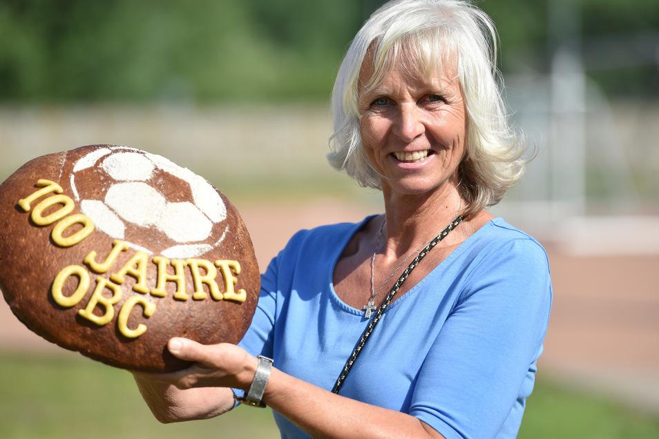 Anett Geißler von der gleichnamigen Bäckerei gratulierte mit einem Festbrot