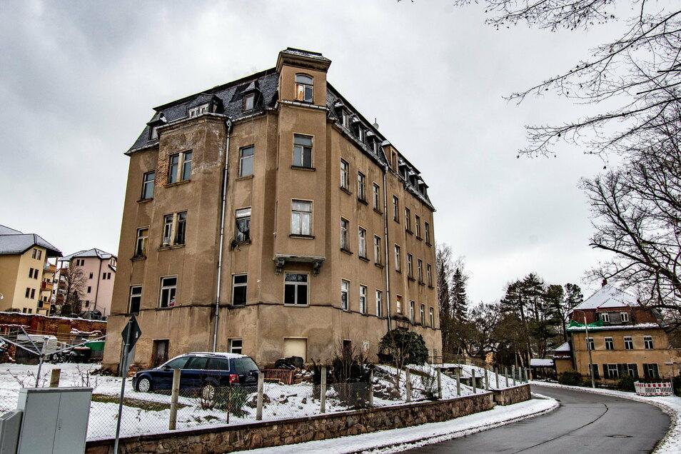 Etwa 40 Polizeibeamte haben am Mittwochfrüh eine Wohnung in diesem Haus an der Mittweidaer Straße durchsucht.