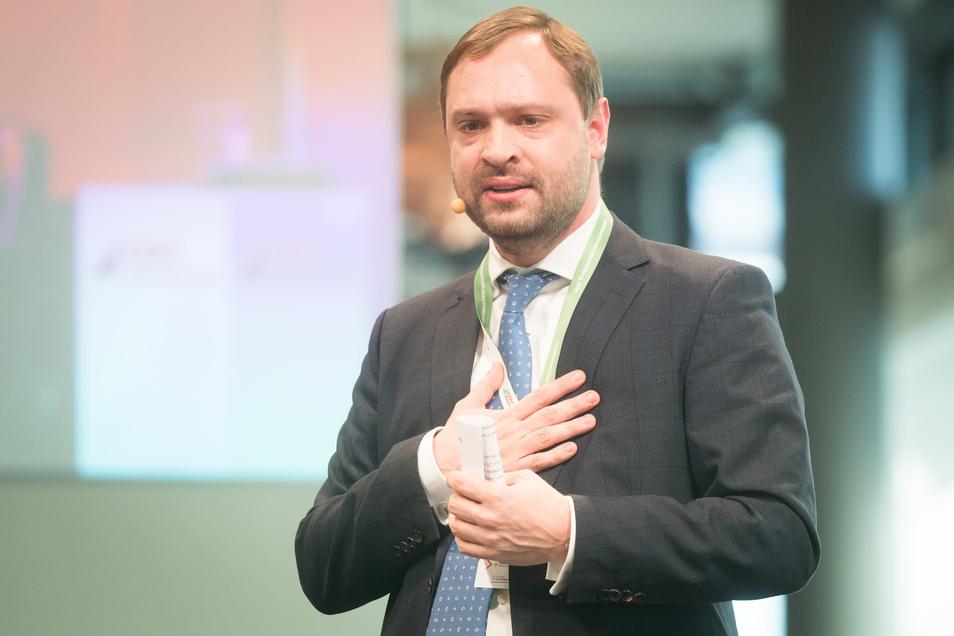 Generalsekretär Alexander Dirks spricht während der Landesvertreterversammlung.