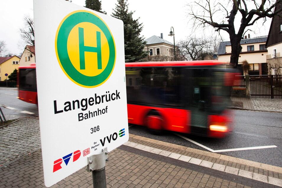 Das Schild muss ausgetauscht werden: Künftig fährt die Linie 308 nicht mehr durch Langebrück.