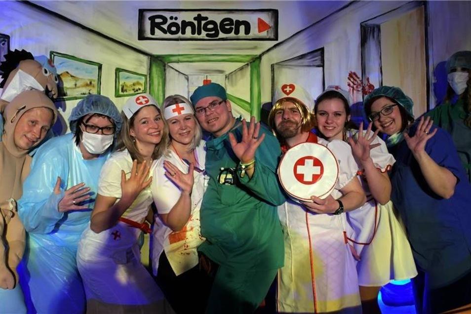 """Die Schrebitzer Karnevalisten feierten in ihrem Vereinshaus unter dem Motto """"Uns gehen die Kranken niemals aus, der SCC im Krankenhaus"""". Kein Wunder, dass viele Krankenschwestern anzutreffen waren.  Fotos: Dietmar Thomas (5)"""