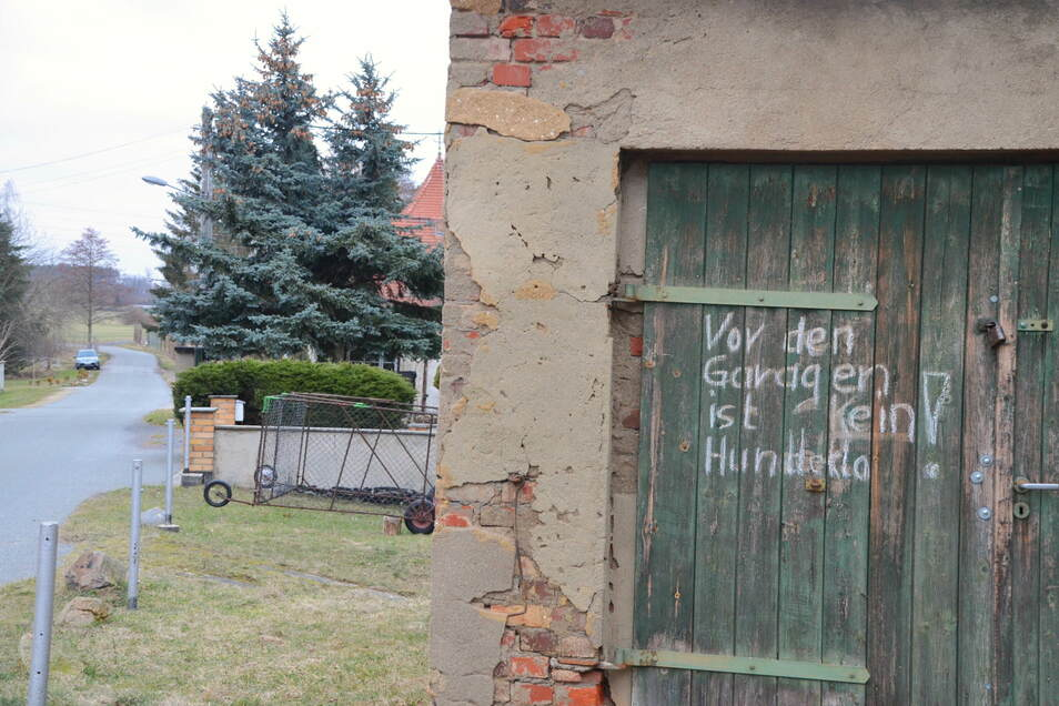 Auch in Reichenbach ärgern sich Anwohner über die braunen Haufen. Schon seit Jahren weist der Schriftzug darauf hin, dass der Grünstreifen vor den Garagen kein Hundeklo ist.