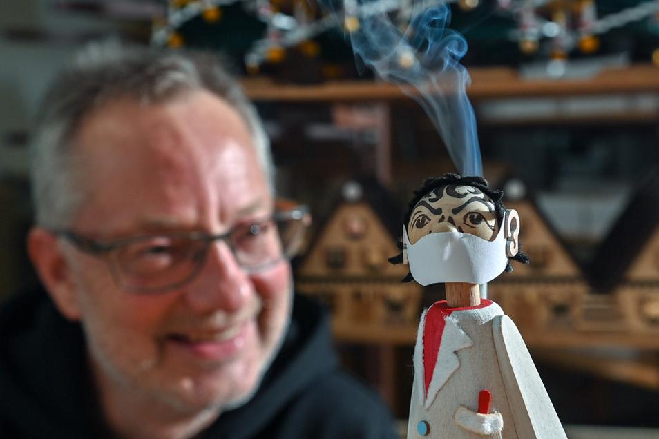 Mit dem Berliner Virologen hat Kunsthandwerker Tino Günther einen großen Erfolg geschafft.