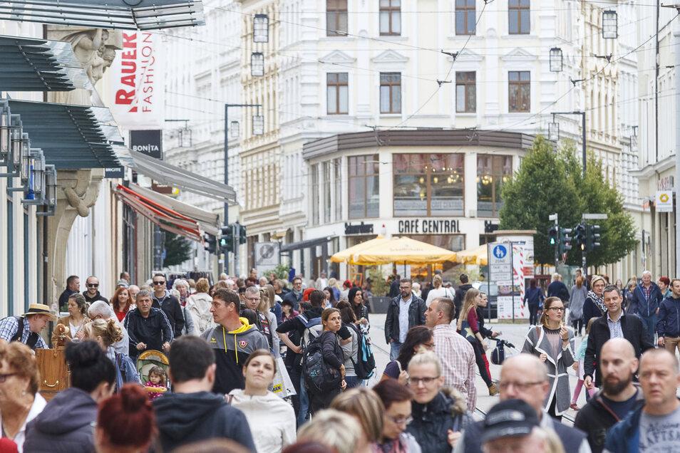 Die Einwohnerzahl von Görlitz geht zurück - trotz vieler Menschen auf der Berliner Straße. (Archivfoto)