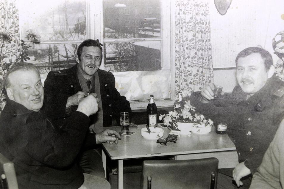 Wolfgang Lehmann (links) betrieb in Rammenau das Cafe Drushba. Das Foto aus den 1980er-Jahren zeigt ihn mit dem Kommandanten der sowjetischen Garnison in Bischofswerda (Mitte) und dessen Adjudanten. Von Wolfgang Lehmann soll Putin das Knobeln gelernt habe