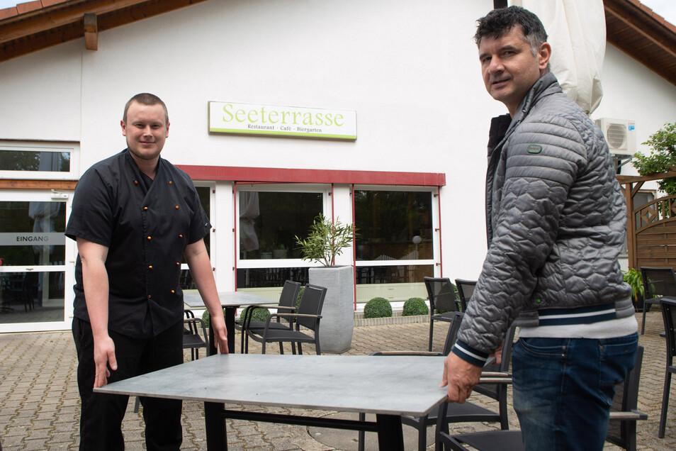 Tische rücken heißt es im Restaurant & Biergarten Seeterrasse bei Kleinröhrsdorf. Küchenchef Marcel Böhlis (30, l.) und Geschäftsführer Jens Richter (46) packen mit an. Nach der Schließung wegen der Corona-Pandemie öffnet die Gaststätte am Freitag wieder.