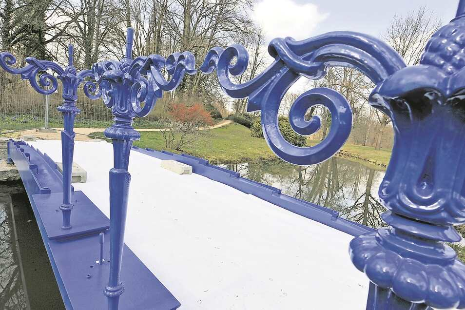 Die Fuchsienbrücke im Muskauer Park erstrahlt in neuem Blau.