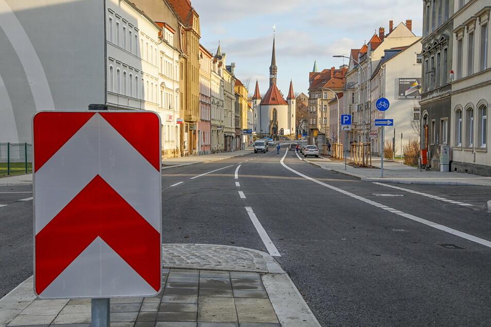 Ab heute soll der neue Asphalt auf der Äußeren Weberstraße in Zittau für Autos freigegeben werden.