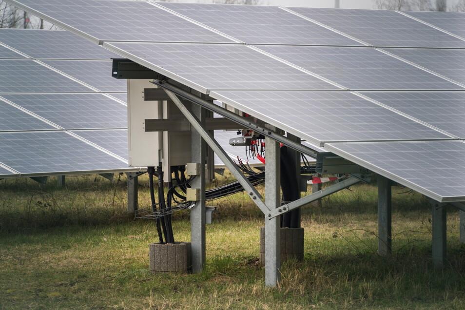 Aus diesem Zeithainer Solarpark verschwanden im Frühjahr 2021 mehr als 30 Wechselrichter. Wo sie fehlen, enden die Kabel im Leeren.