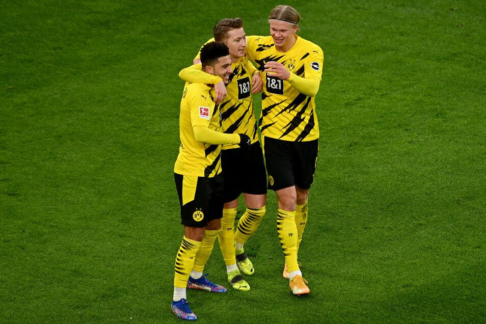 Dortmunds Jadon Sancho feiert seinen Treffer zum 2:1 mit seinen Teamkollegen Marco Reus und Erling Haaland (v.l.n.r)