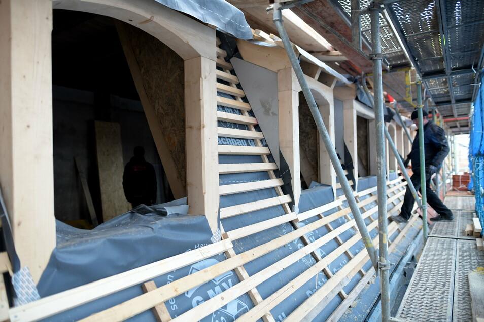 Am Dach des Seitengebäudes wird aktuell noch gewerkelt.