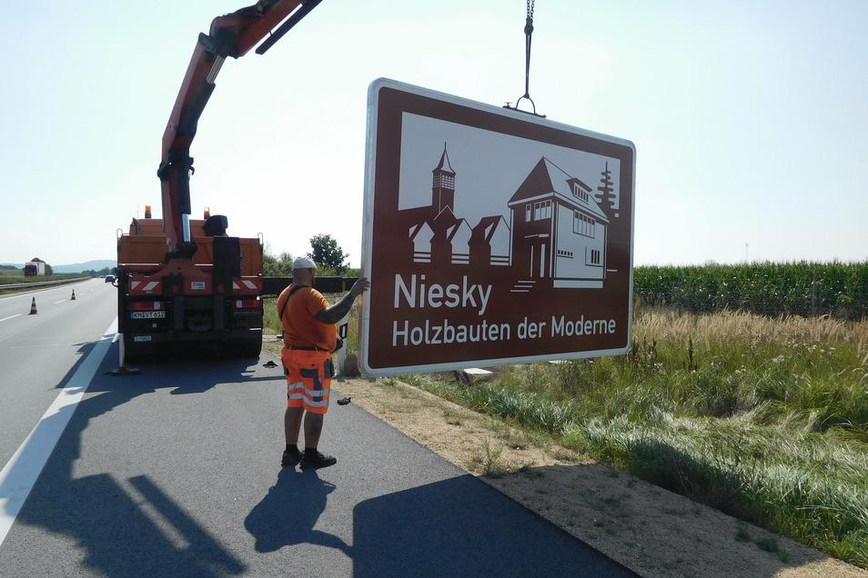 Nur rund drei Stunden hat es gedauert, dann war das Schild am Kilometer 75,42 zwischen Weißenberg und Nieder Seifersdorf in Fahrtrichtung Görlitz montiert.