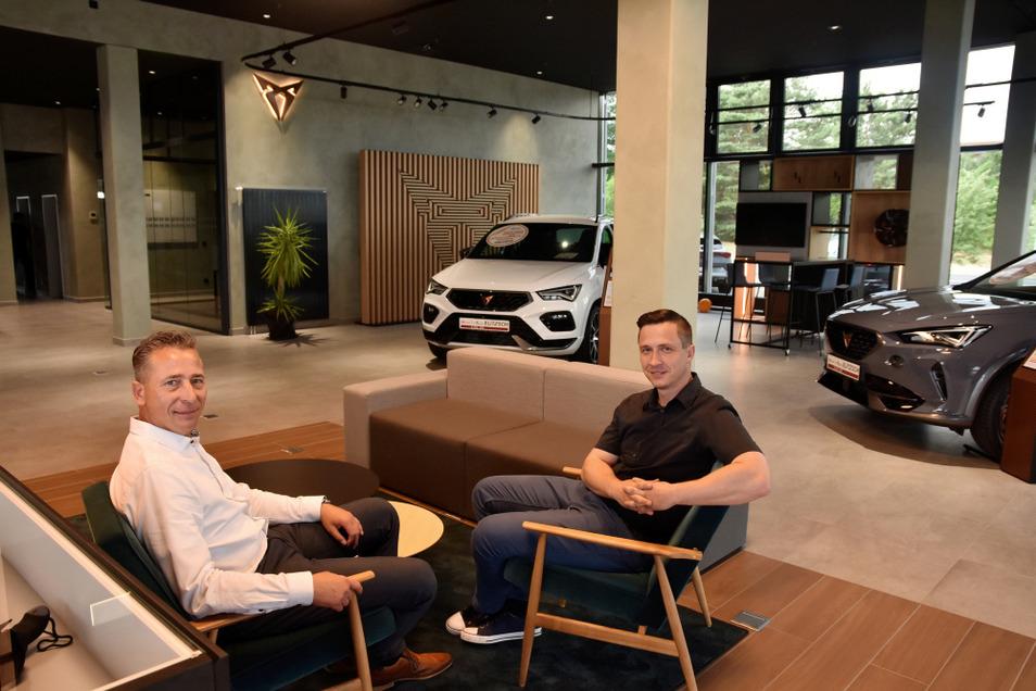 Betriebsleiter Ken Michling und Verkaufsleiter Stefan Petschel im neuen Seat/Cupra-Autohaus am Autohaus-Elitzsch-Standort in Hoyerswerda.
