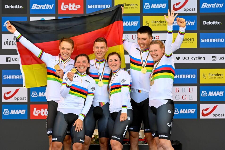 Das siegreiche deutsche Team um Tony Martin (3.v.l.).