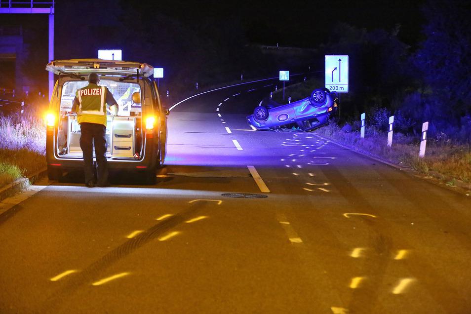 Rettungskräfte an der Auffahrt zur A4 am Elbepark: Hier kam es am Abend zu einem schweren Unfall.