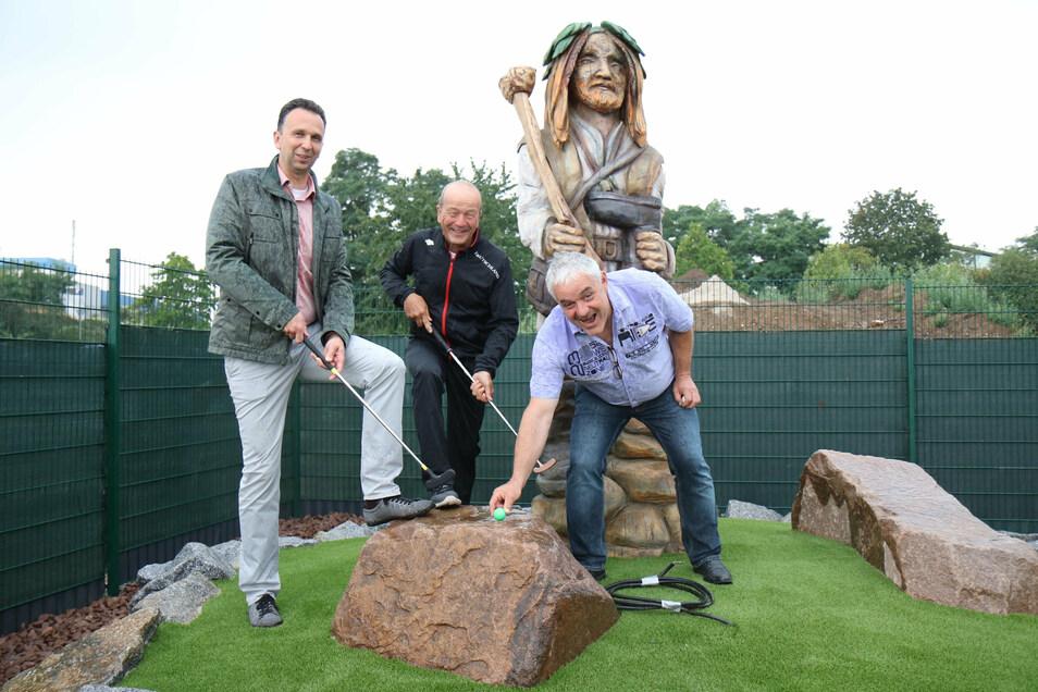 Riesas OB Marco Müller (CDU) testete den neuen Golfpark schon mal - gemeinsam mit den Olympia-Machern Gerd Leopold und Harald Czudaj (v.l.).