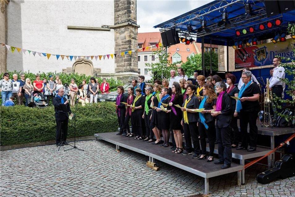 """Der Gospelchor """"Silver Mine"""" und der Posaunenchor der Kirchgemeinde sangen und musizierten abwechselnd vor der Kirchentür im Schlosshof."""