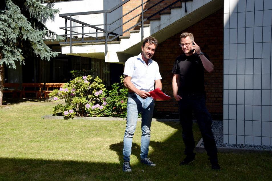 Dirk Rolka und Techniker Matthias Döring im Atrium.