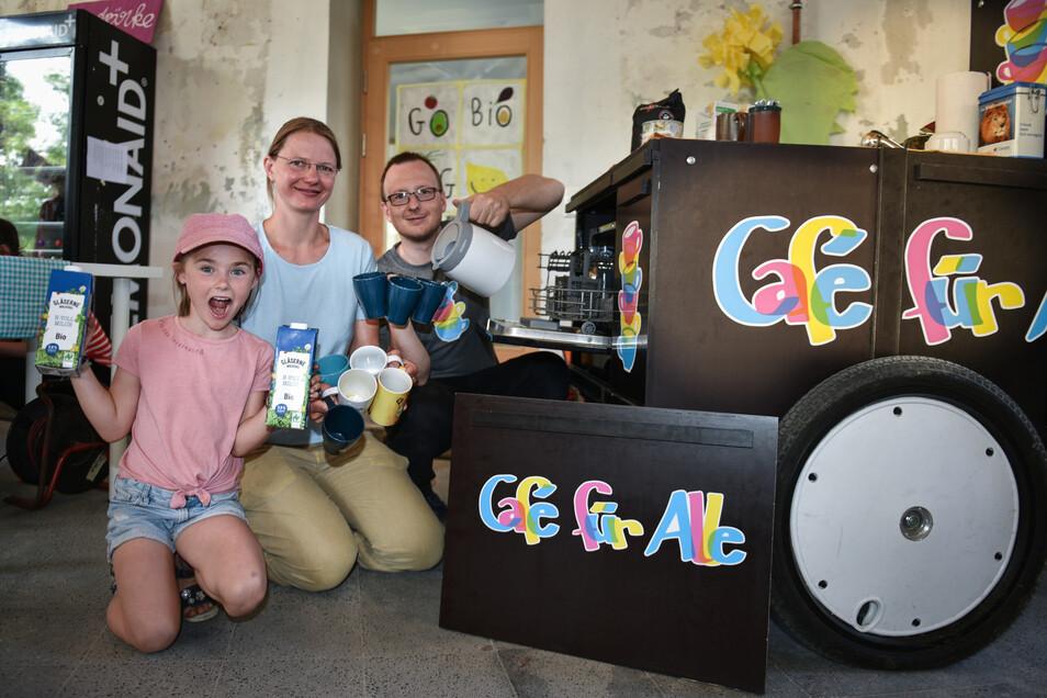 """Ein Kaffeemobil mit eingebautem Geschirrspüler: Uwe Tröger und Katharina Melzer von der Initiative """"Kaffee für alle"""" können so problemlos Mehrweggeschirr verwenden. Im Kleinen funktioniere das gut."""