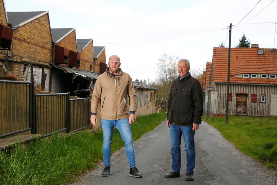 Das Gelände rund um die Kamenzer Maschinenfabrik hat einen neuen Besitzer. Die Stadt will die Entwicklung auf dem Areal begleiten, unter anderem über Stadtplaner Michael Preuss (l.) und Frank Kunze, Sachgebietsleiter Stadtentwicklung/Bauwesen.