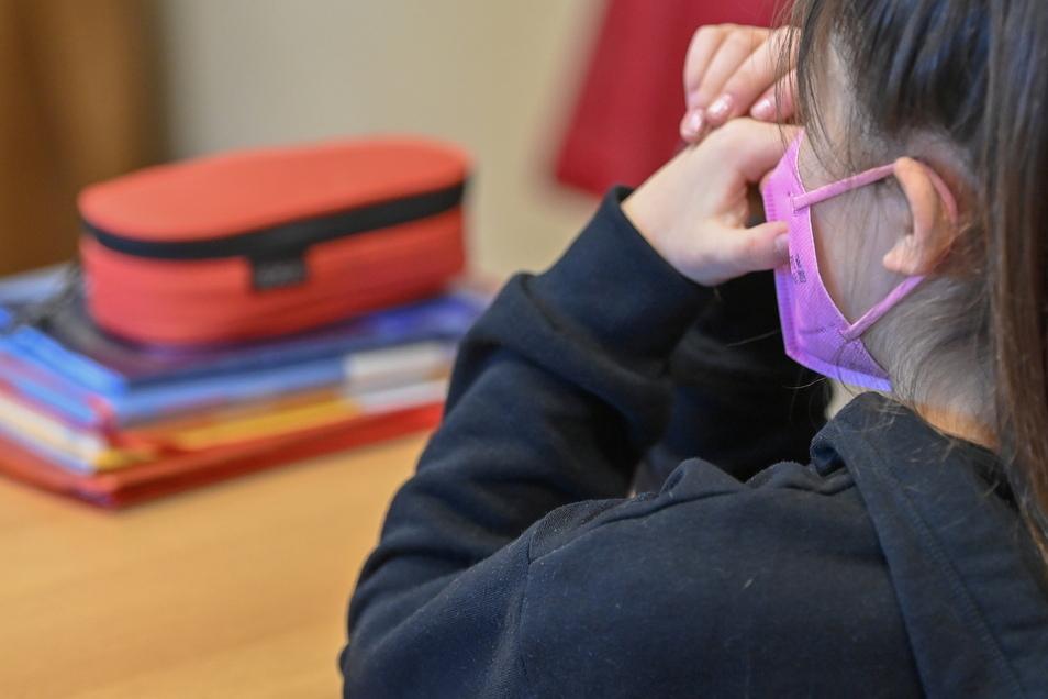 Bislang musste in höheren Klassen auch im Unterricht eine Schutzmaske getragen werden. Jetzt ist diese Pflicht aufgehoben. Schulen können aber eigene Regeln festlegen.