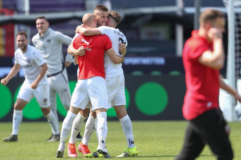 Der Jubel der Aufsteiger: Ex-Dynamo Stefan Kutschke (M.) hat sich mit dem FC Ingolstadt in der Relegation zur 2. Bundesliga beim VfL Osnabrück durchgesetzt.