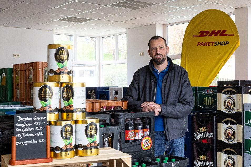 Die Getränke und die Fahne von DHL sind schon da. Am Montag öffnet Mariano Böhme einen Dorfladen in seinem Heimatdorf Reinhardtsgrimma.