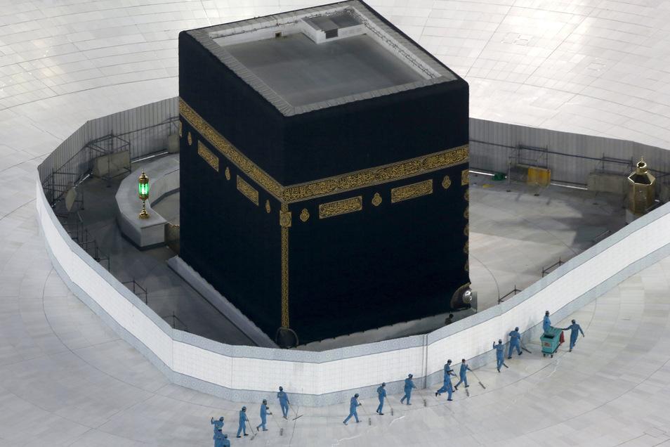 Saudi-Arabien, Mekka: Arbeiter desinfizieren den Boden um die Kaaba, das quaderförmige Gebäude in der Großen Moschee.