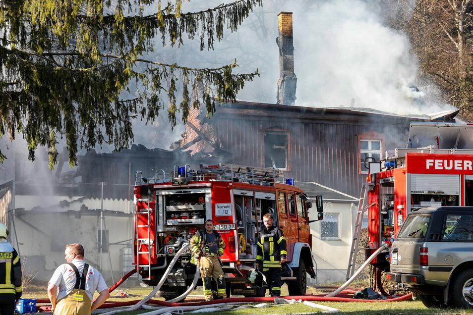 Das Wohnhaus, das zum Alten Kurhaus in Lückendorf gehört, ist vollständig vernichtet. Auch ein großes Waldstück wird Opfer der Flammen.
